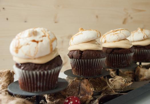 Schoko-Cupcakes mit Erdnussbutter-Frosting und Baiserhäubchen