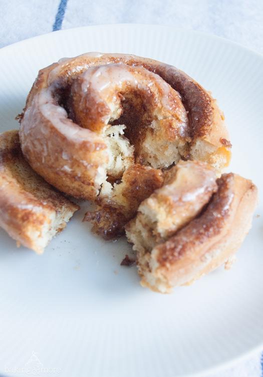 Zimtschnecken mit Vanilleglaur - Cinnamon rolls with vanilla glaze