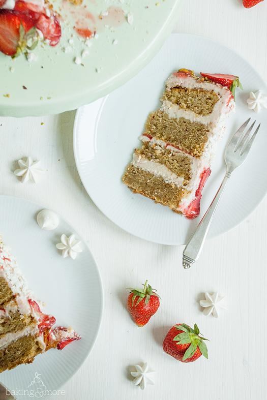 Erdbeer-Pistazien-Törtchen mit Baiser und Erdbeersoße on top