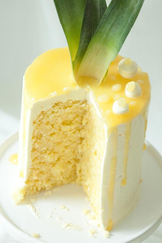 Gerolltes Ananas-Kokos-Törtchen mit fruchtiger Ananas-Füllung und italienischer Baiser-Buttercreme