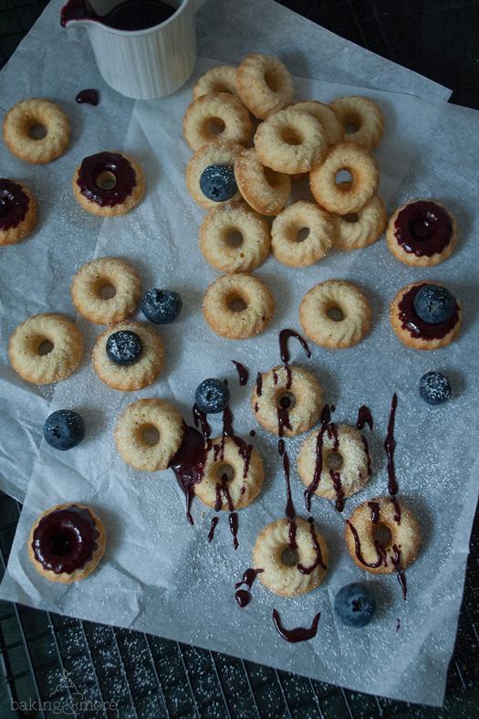 Orangen-Vanille-Mini-Gugl mit Blaubeerglasur - Orange Vanilla Mini Bundt Cakes with Blueberry Glaze