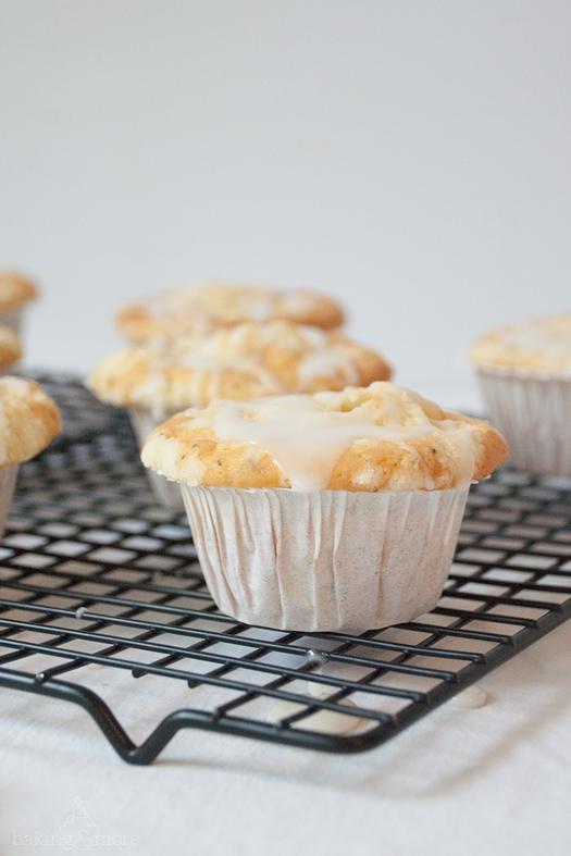 Zitronen-Mohn-Muffins mit Streuseln und Zitronenglasur