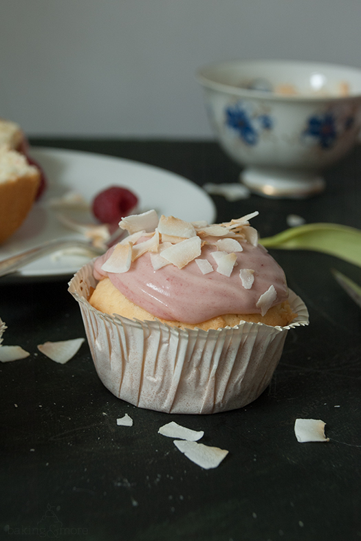 Koskosmuffins mit Himbeer-Frischkäse-Frosting - Coconut Muffins with Raspberry Cream Cheese Frosting