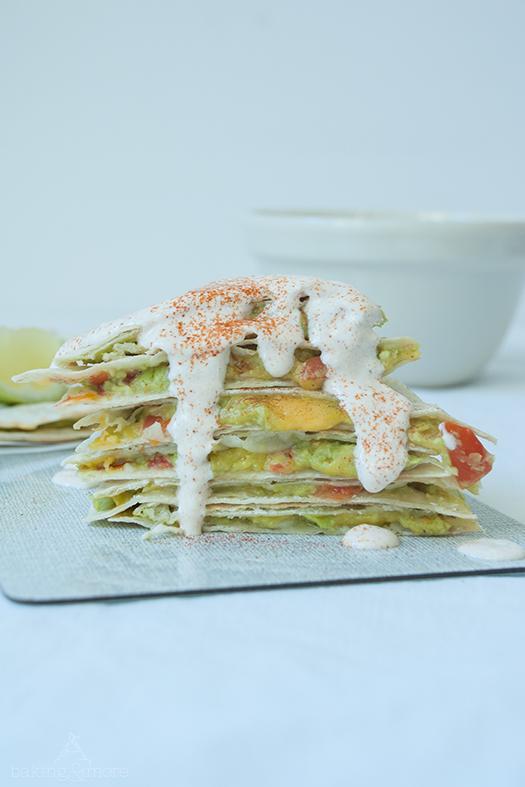 Vegetarische Avocado-Tomaten Quesadillas mit Paprika-Dip