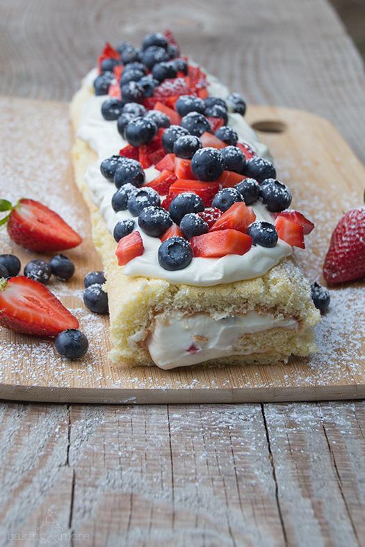 Fruchtige Erdbeer-Blaubeer-Rolle mit Frischkäsefüllung