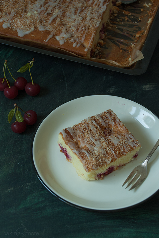 Sauerkirschkuchen mit gerösteten Kokosflocken {Sour Cherry Cake with roasted Coconut Flakes}