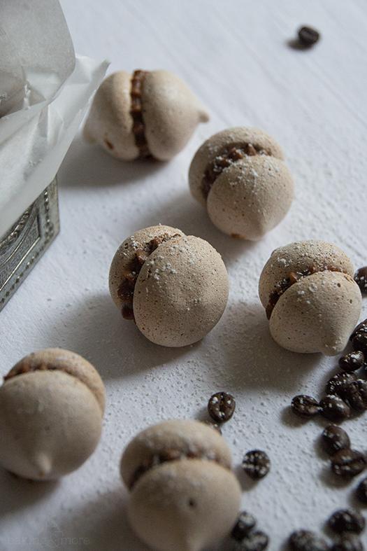 Schokoladenbaiser mit Espressofüllung