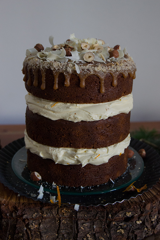 Weihnachtliche Nusstorte mit Zimt und Orange, Buttercreme mit weißer Schokolade und Karamellüberzug - Christmas Layer Cake with Cinnamon & Orange, Buttercream with white Chocolate and Caramel Topping - Drip Cake