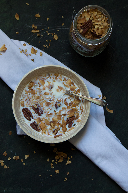 Granola mit Kokosnussflocken, Nüssen und Zimt - Granola with Coconut Flakes, Nuts and Cinnamon