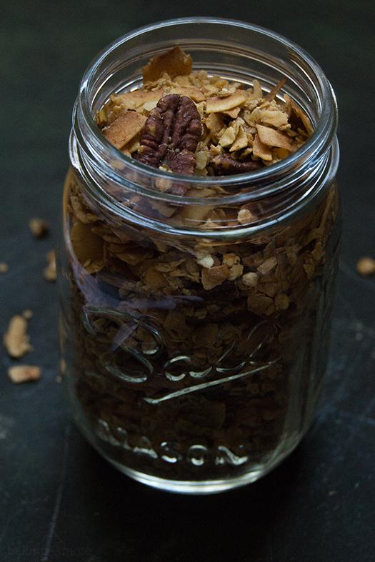 Granola mit Kokosnussflocken, Nüssen und Zimt - Granola with Coconut Flakes, Nuts and Cinnamon