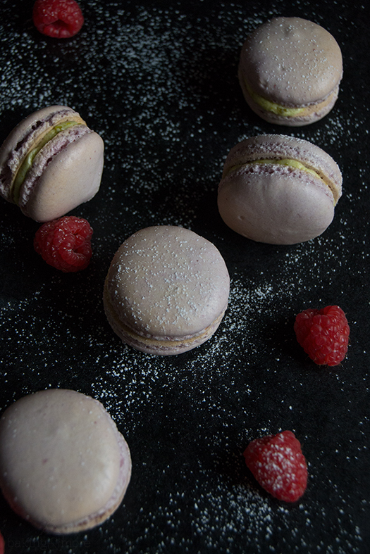 Himbeer-Macarons mit Pistazien-Buttercreme-Füllung - Raspberry Macarons with Pistachio Buttercreme